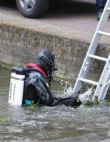 24 juni Brandweerduiker zoekt naar autosleutel in gracht Achterom Delft