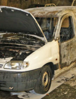 16 januari Busje brand volledig uit achter flat Bachsingel Delft [VIDEO]