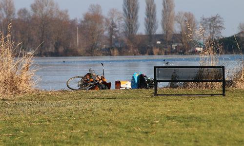 """<h2><a href=""""http://district8.net/21-januari-hulpdiensten-rukken-uit-voor-achtergelaten-fiets-floppenplaskade-maasland.html"""">21 januari Hulpdiensten rukken uit voor achtergelaten fiets Floppenplaskade Maasland<a href='http://district8.net/21-januari-hulpdiensten-rukken-uit-voor-achtergelaten-fiets-floppenplaskade-maasland.html#comments' class='comments-small'>(0)</a></a></h2>  Maasland - Zaterdagmorgen werden de hulpdiensten gealarmeerd voor een mogelijk persoon te water op de Floppenplaskade in Maasland. Een passant zag een fiets en een tas langs de waterkant liggen,"""