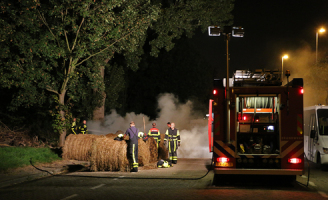 9 september Brandweer heeft handen vol aan blussen hooibalen Tanthofdreef Delft