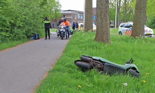 """<h2><a href=""""http://district8.net/24-april-twee-scooterrijders-in-botsing-na-uitwijkmanoeuvre-westeinde-delft-video.html"""">24 april Twee scooterrijders in botsing na uitwijkmanoeuvre Westeinde Delft [VIDEO]<a href='http://district8.net/24-april-twee-scooterrijders-in-botsing-na-uitwijkmanoeuvre-westeinde-delft-video.html#comments' class='comments-small'>(0)</a></a></h2>  Delft - Een flinke aanrijding dinsdagmiddag 24 april op het fietspad naast het Westeinde in Delft. Twee scooterrijders knalde hier op elkaar. Hierna kwamen ze beide ten val.De twee bestuurders"""