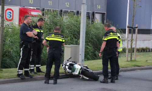 """<h2><a href=""""http://district8.net/23-augustus-motorrijder-zwaargewond-bij-eenzijdig-ongeval-honderdland-maasdijk.html"""">23 augustus Motorrijder zwaargewond bij eenzijdig ongeval Honderdland Maasdijk<a href='http://district8.net/23-augustus-motorrijder-zwaargewond-bij-eenzijdig-ongeval-honderdland-maasdijk.html#comments' class='comments-small'>(0)</a></a></h2>  Maasdijk - Een motorrijder is dinsdagavond 23 augustus ernstig gewond geraakt na een eenzijdig ongeluk op het Honderdland. De man reed zonder beschermende motorkleding op de motor en kwam door"""