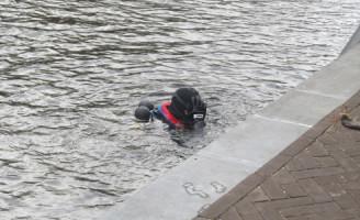 21 oktober Fiets en tas te water Veenkade Den Haag
