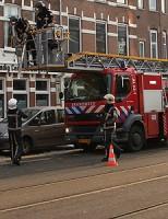 Brandweer verwijderd grote ijspegel in Rotterdam