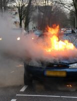 27 december Geparkeerde auto vliegt in brand Beresteinlaan Den Haag [VIDEO]