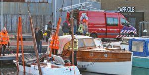 30 januari Brandweer haalt gezonken bootje uit haven Fokkerkade Den Haag