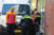 3 mei Vrachtwagen rijdt tegen loempiakraam aan Zuiderstraat Delft