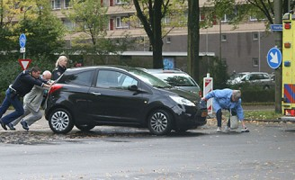 Automobilist lichtgewond na aanrijding Voorhofdreef