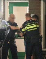 2 juni Man komt naar buiten tijdens inval politie Bikolaan Delft