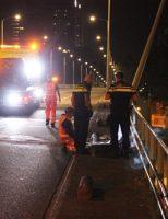 14 oktober Automobilist rijdt tegen lichtmast, twee gewonden Schenkviaduct Den Haag