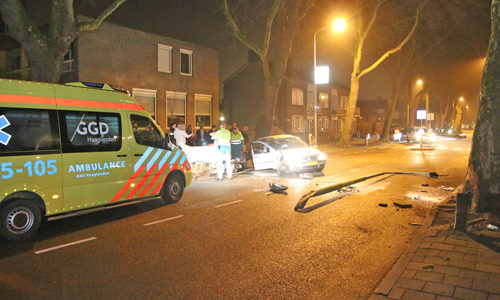 """<h2><a href=""""http://district8.net/18-februari-flinke-schade-bij-aanrijding-met-boom-en-lantaarnpaal-bonairestraat-delft.html"""">18 februari Flinke schade bij aanrijding met boom en lantaarnpaal Bonairestraat Delft<a href='http://district8.net/18-februari-flinke-schade-bij-aanrijding-met-boom-en-lantaarnpaal-bonairestraat-delft.html#comments' class='comments-small'>(0)</a></a></h2>  Delft - Zondagnacht 19 februari heeft er op de Bonairestraat in Delft een eenzijdig ongeval plaatsgevonden tussen een personenauto een een lantaarnpaal. De auto vloog volgens getuigen uit de bocht"""