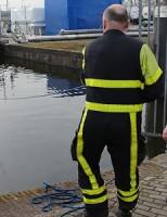 Duikers van de brandweer assisteren dierenambulance