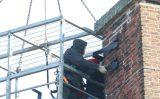 14 februari Brandweer helpt bij monteren ooievaarsnest Cort van der Lindenstraat Delft