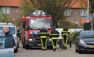 23 april Buurtbewoner met tuinslang blust brand in naaldboom Clematis Monster