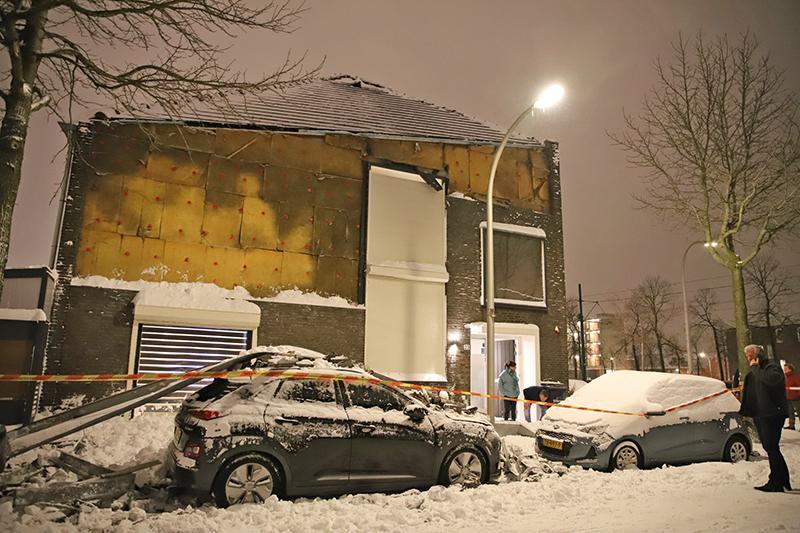 Gevel van woning van darter Raymond van Barneveld naar beneden gestort door sneeuw Harry Pauwlaan Den Haag - district8.net