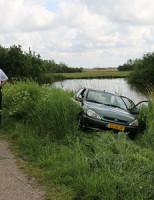 12 mei Automobiliste rijdt vanaf het voetpad bijna het water in Tanthofkade Delft