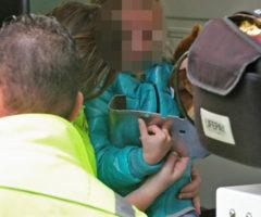 21 oktober Kindje uur vast met vinger in bankje van bushalte Prof. Telderslaan Delft [VIDEO]