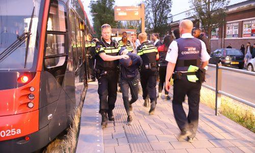 """<h2><a href=""""https://district8.net/24-juni-vechtpartij-in-tram-zorgt-voor-flinke-politie-inzet-dynamostraat-den-haag.html"""">24 juni Vechtpartij in tram zorgt voor flinke politie inzet Dynamostraat Den Haag<a href='https://district8.net/24-juni-vechtpartij-in-tram-zorgt-voor-flinke-politie-inzet-dynamostraat-den-haag.html#comments' class='comments-small'>(0)</a></a></h2>  Den Haag - In tramlijn 9 is zondagavond een vechtpartij uitgebroken. Ter hoogte van de Dynamostraat in Den Haag kwam de tram tot stilstand. Een flinke politiemacht kwam ter plaatse"""