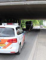 18 mei Vrachtwagen rijdt met kraan tegen viaduct Rotterdamseweg Delft