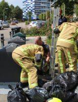 14 augustus Brandweerman kruipt in container voor weggegooide portemonnee Jan Barendselaan Poeldijk