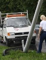Auto komt tot stilstand tegen lantaarnpaal Woudseweg Den Hoorn