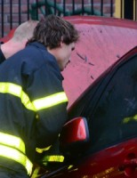 Autobrand onder woning snel geblust