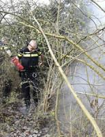 8 april Politie blust bermbrand Ketelmeerlaan Leiden