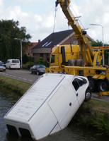 25 juli Bestelbus belandt in sloot na hulpactie Noordhoornseweg Den Hoorn