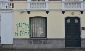 8 maart Graffiti aangebracht op Russische ambassade Den Haag
