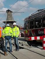 Tram naast de rails bij werkzaamheden Phoenixstraat