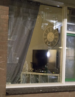 30 januari Vandaal gooit kliko door ruit van woning Bikolaan Delft