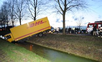 25 februari Vrachtwagen rijdt sloot in na ongeval Bleiswijk