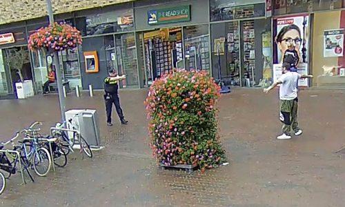 """<h2><a href=""""http://district8.net/17-augustus-politie-houdt-persoon-aan-met-getrokken-pistool-v-hogendorplaan-vlaardingen.html"""">17 augustus Politie houdt persoon aan met getrokken pistool v. Hogendorplaan Vlaardingen<a href='http://district8.net/17-augustus-politie-houdt-persoon-aan-met-getrokken-pistool-v-hogendorplaan-vlaardingen.html#comments' class='comments-small'>(0)</a></a></h2>  Vlaardingen - Donderdagmiddag is er op de v. Hogendorplaan in Vlaardingen een aanhouding verricht waarbij een agent zijn wapen trok om de man te dwingen zijn handen te laten zien."""