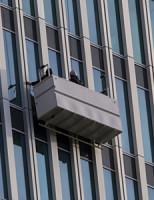 4 oktober Mannen op 70 meter hoogte vast in bakje