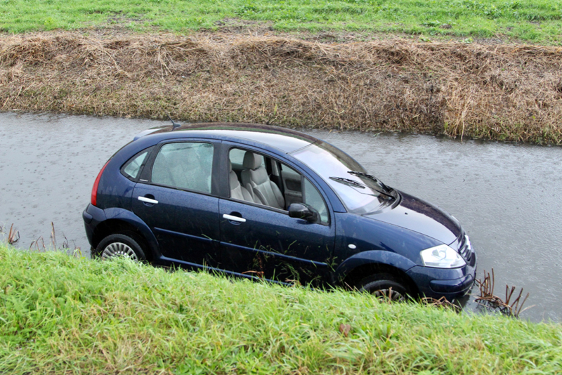 Twee auto's te water Kandelaarweg Schiedam - district8.net