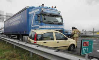 11 december Aanrijding tussen vrachtwagen en auto A13 Rotterdam