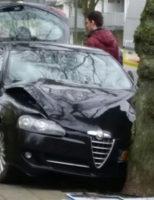 18 maart Auto komt tegen boom tot stilstand Dr. Wiardi Beckmansingel Vlaardingen