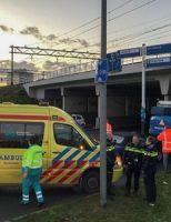 17 november Graafmachine botst tegen viaduct, auto botst achterop S-Gravelandseweg Schiedam