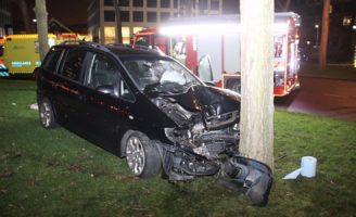 30 december Auto botst tegen boom Marconiplein Rotterdam