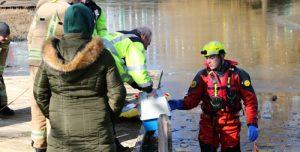26 februari Brandweer redt vogel uit visdraad op het ijs Abtsweg Rotterdam