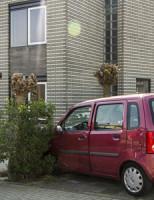 12 april Auto in de tuin na aanrijding Schiedam