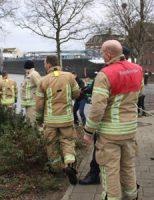3 januari Brandweer probeert auto te redden Grote Visserijplein Vlaardingen
