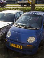 5 maart Auto ramt geparkeerde auto's en paal Maassluis