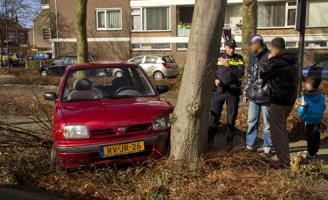 1 maart Auto knalt tegen boom Vlaardingen