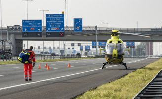 27 september Traumahelikopter ingezet bij auto over de kop A15 Rotterdam