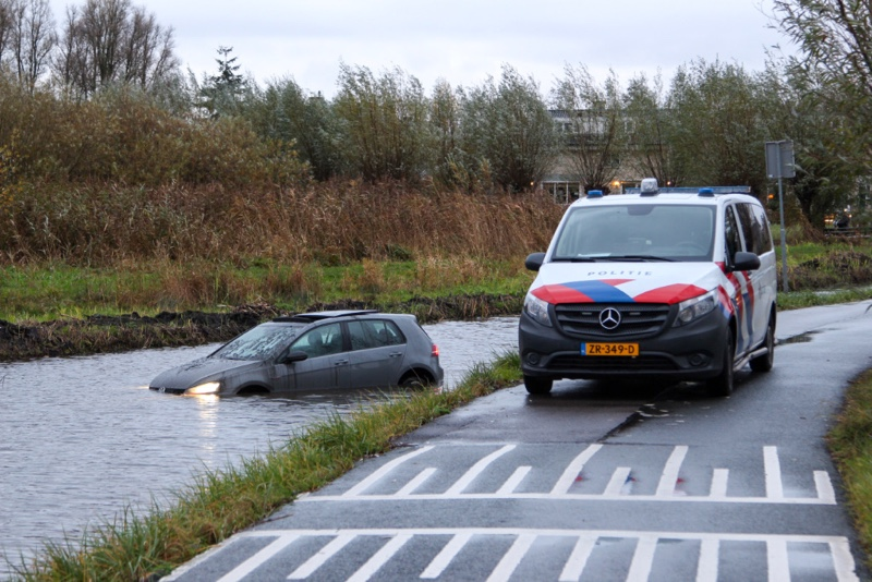 Auto raakt te water Woudweg Vlaardingen / Schiedam - district8.net