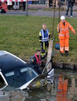 21 januari Agenten en omstanders redden bestuurder uit te water geraakt voertuig Terras van Sion Rijswijk [VIDEO]